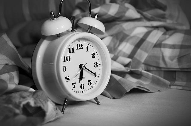 目覚まし時計が枕元に置いてある